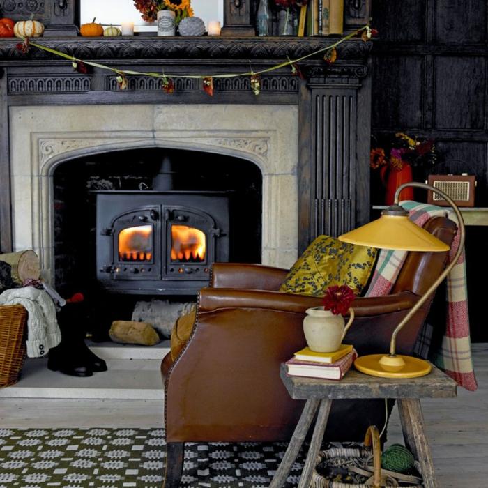 chimenea, estufa de hierro hundido, sillón vintage de piel en marrón, lámpara en color mostaza