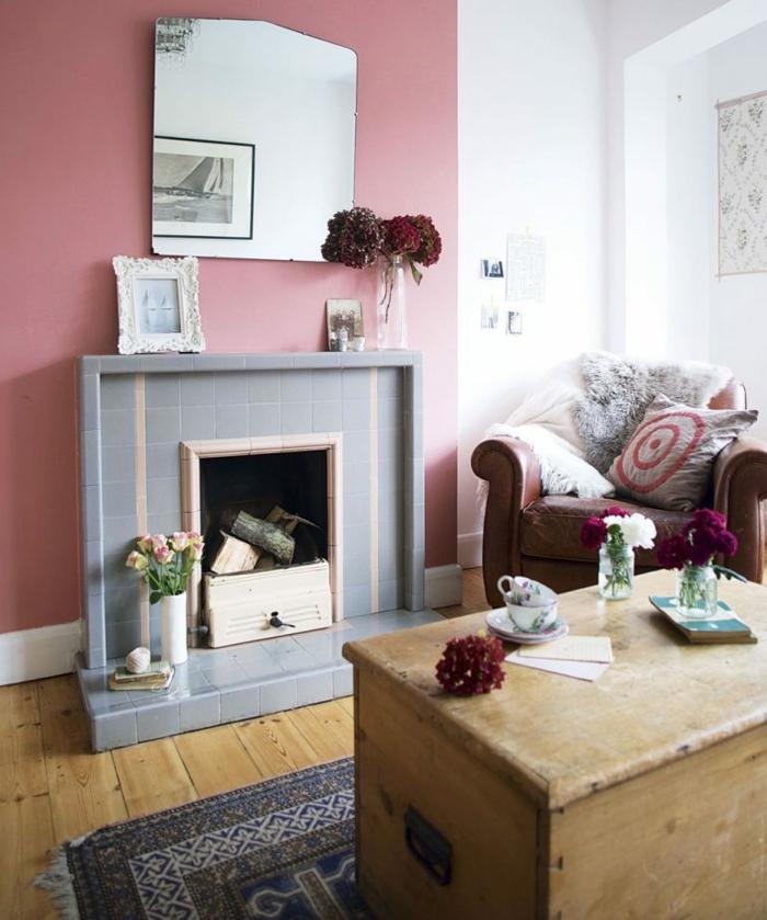 chimenea, salón acogedor en colores pastel, toque provenzal, decoración de flores, mesa masiva de madera
