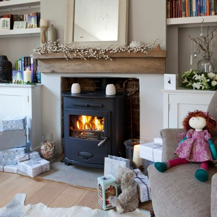 estufas de leña con horno, salón en tonos claros, regalos en en suelo, viga de madera decorativa