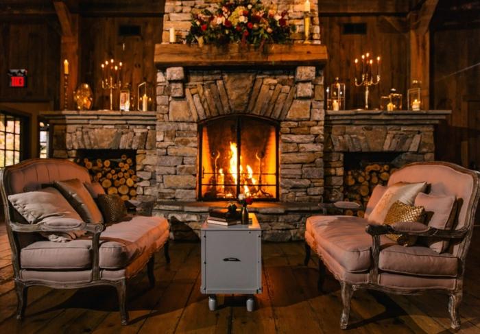 estufas de leña con horno, rincón acogedor y oscuro, sillones vintage con patas garra, grande chimenea de piedra con viga de madera