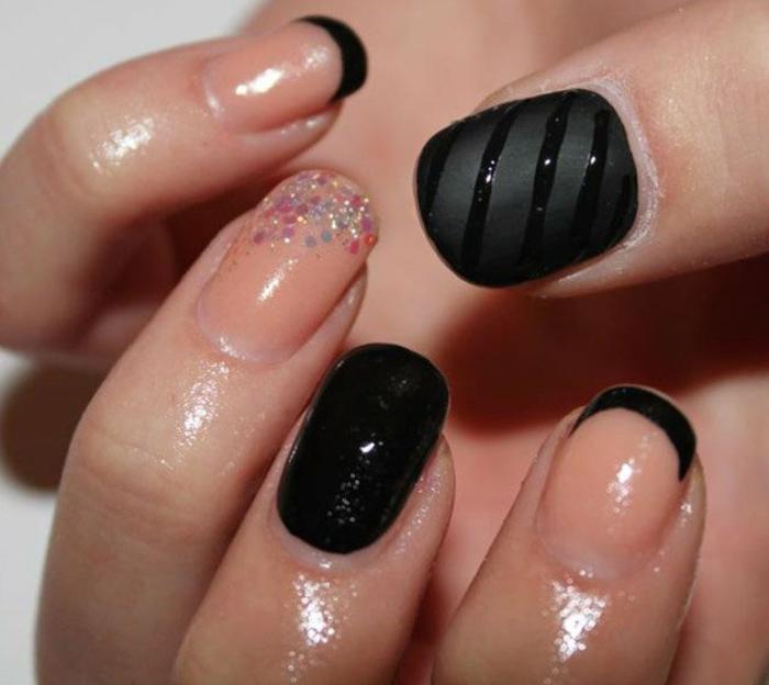 decoracion de uñas, esmalte transparente y uñas en negro mate, decoración delicada de brocado