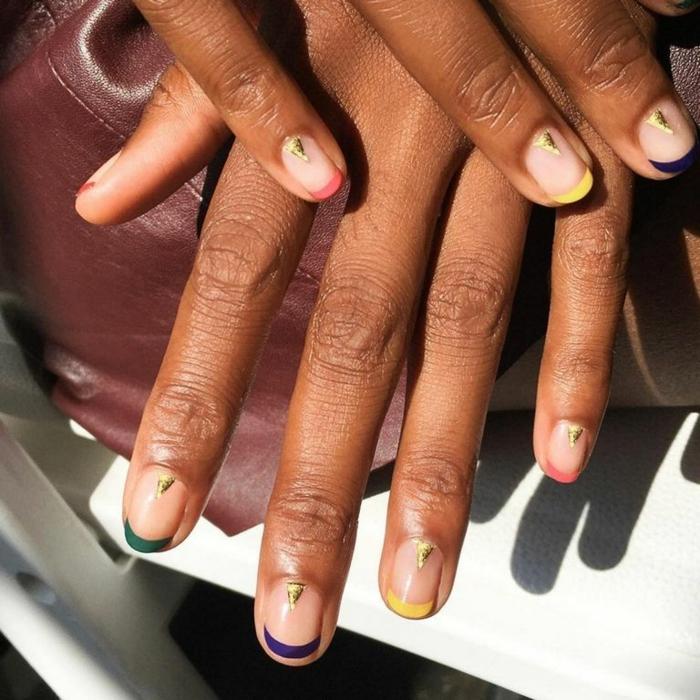 modelos de uñas, uñas cortas con esmalte transparente y manicura francesa en verde, rojo, amarillo, decoración en dorado