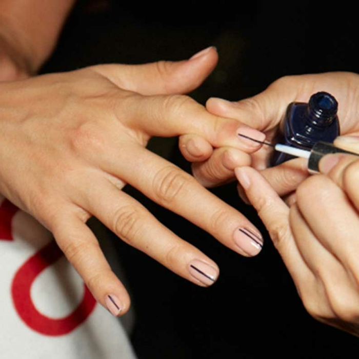 modelos de uñas, manicura minimalista en esmalte transparente con dos líneas verticales negras en cada uña