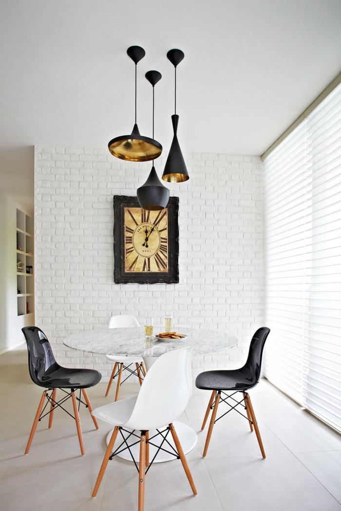 revestimiento paredes, comedor minimalista en blanco y negro, pared de ladrillo esmaltado blanco con reloj de pared