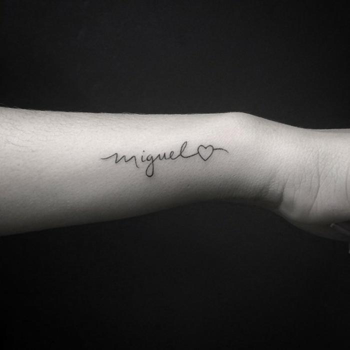 tipos de letras para tatuajes, idea de tatuaje con nombre que acaba en corazon, letras pequeñas en cursiva