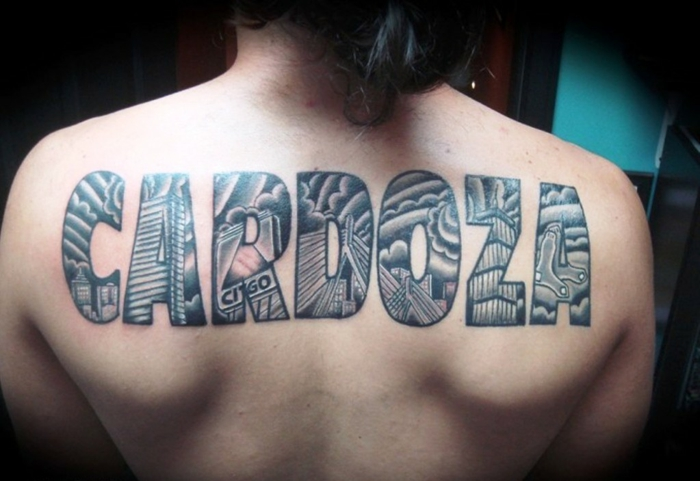 tatuajes de nombres, tatuaje de una palabra grande en espalda, letras en bloque llenas de imágenes, negro y gris