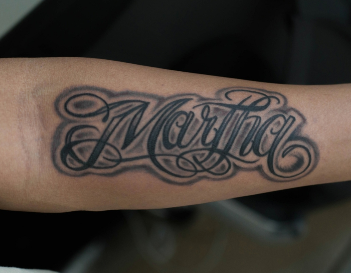 tatuajes de nombres, tatuaje en el antebrazo hombre, fuente para tatuajes cursivo estilo grafiti, negro gris