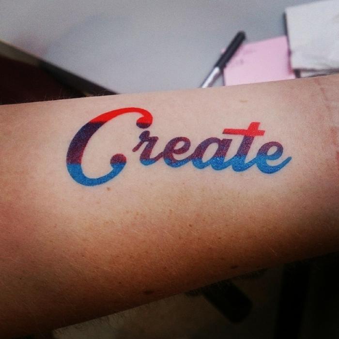tatuajes de nombres, tatuajes de antebrazo en rojo, púrpura y azul, palabra en letras cursiva