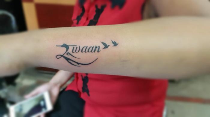 tatuajes de nombres, tatuaje delicado en el antebrazo mujer, combinación de palabra e imagen de pájaros