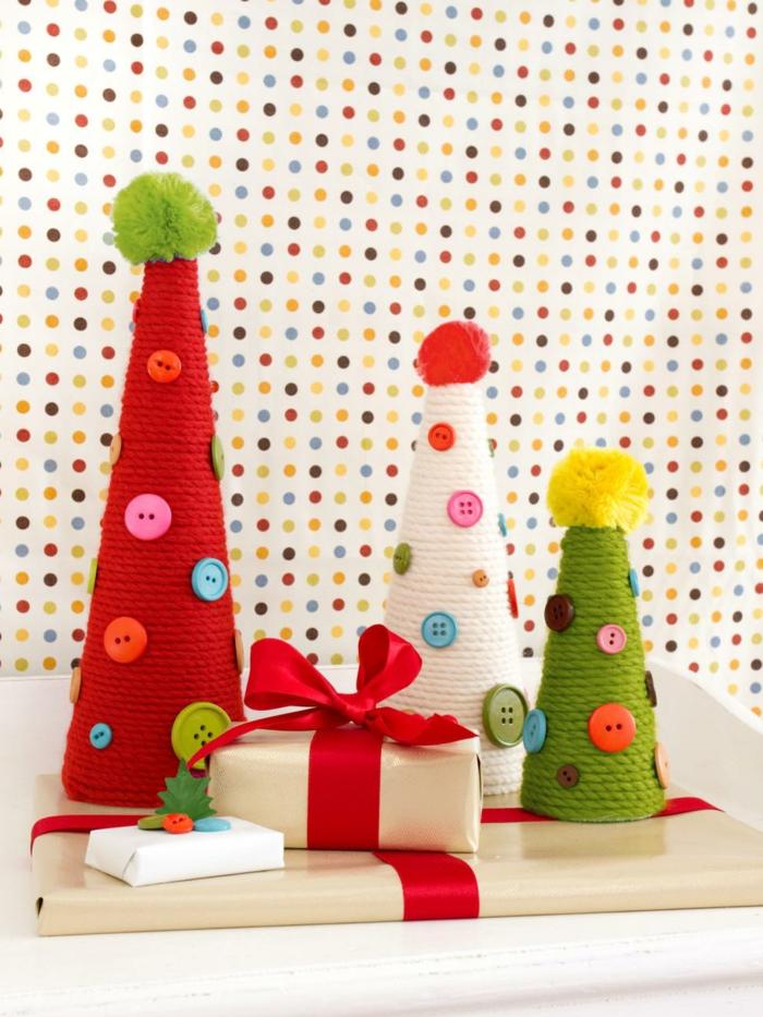 adornos de navidad caseros, conos decorativos en verde, blanco y rojo, árboles de navidad caseros