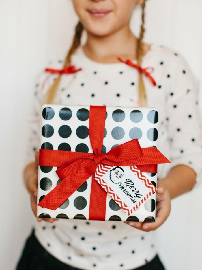 como hacer adornos de navidad, bonita decoración para los regalos navideños, tarjeta de Navidad con Papa Noel DIY