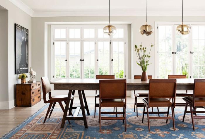 comedor moderno, espacioso comedor con larga mesa de mármol y sillas de madera, armario de madera vintage, largas ventanas