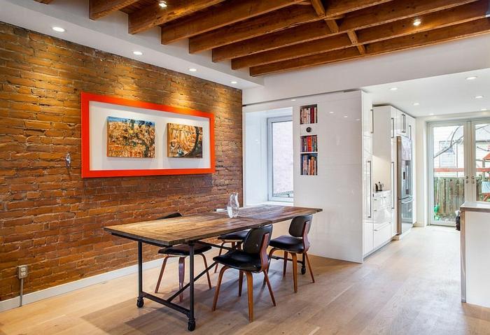 salon comedor, comedor moderno con lámparas empotradas y techo con vigas de madera, suelo de parquet, mesa de madera en ruedas