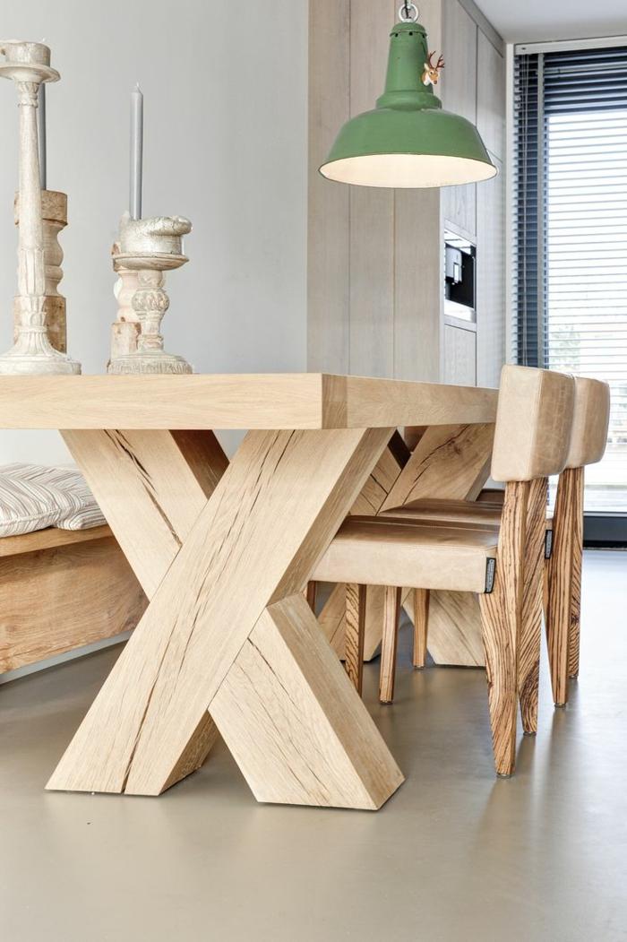 muebles comedor, mesa moderna de madera con piernas en x, sillas pequeñas de madera, candelabro vintage