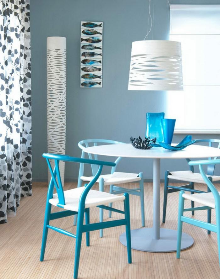 comedor moderno, colores frescos, sillas en aguamarina y beige, decoración en la pared, lámpara blanca original
