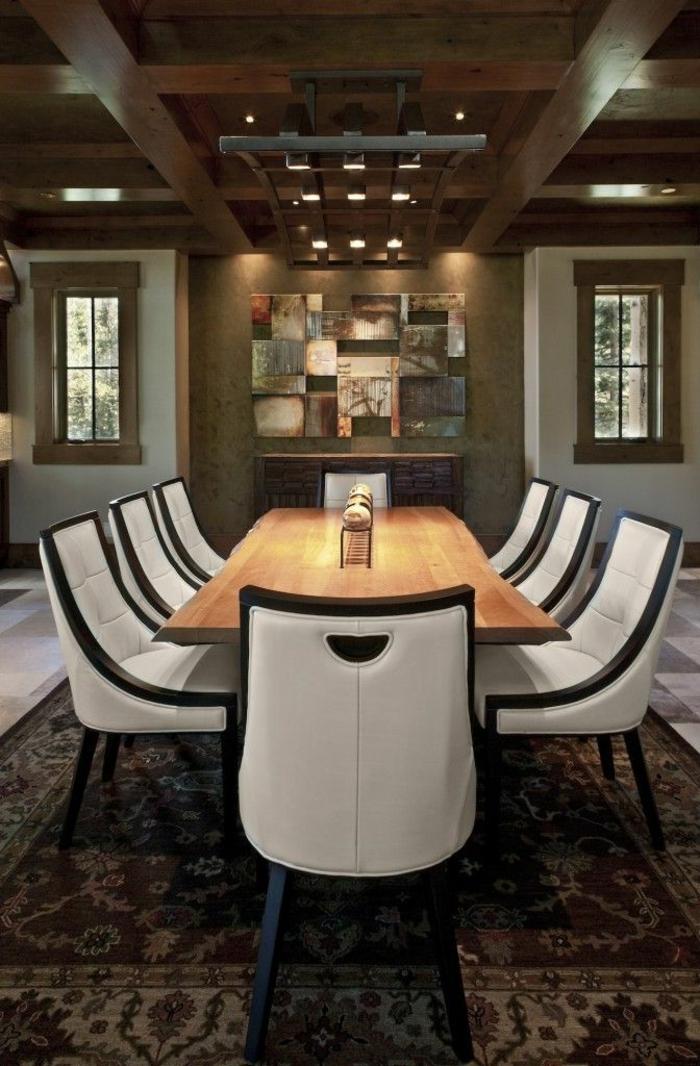 comedores modernos, interesante iluminación en el techo, mesa de madera con sillas en blanco y negro, techo de madera