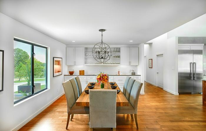 comedor moderno, piso espacioso con pequeña cocina en blanco y grande comedor sin puertas, mesa de madera y sillas en gris