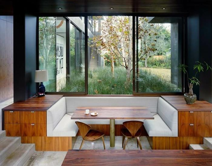 comedores modernos, interesante propuesta, mesa y sillas de madera y bancos tapizados con piel, armarios de madera empotrados