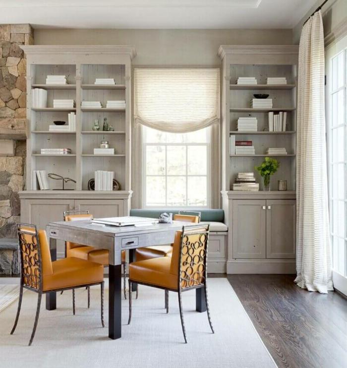 comedores modernos, comedor acogedor con armario de madera en beige, mesa pequeña cuadrada y sillas en color ocre
