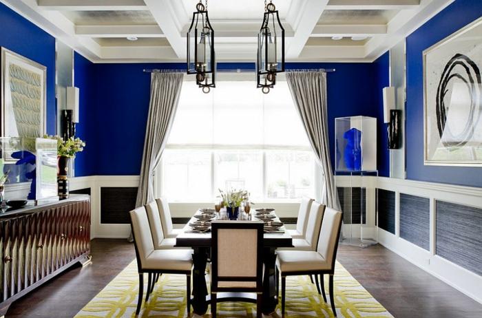 comedor moderno, comedor espacioso, con mesa de madera y sillas tapizadas con piel en el centro, paredes en azul oscuro, lámparas modernas en el techo