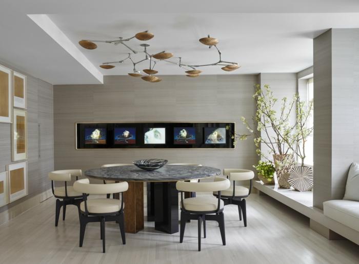 muebles de comedor, tendencias 2018, comedor grande con mesa redonda y sillas en beige originales, lámpara interesante con muchos elementos