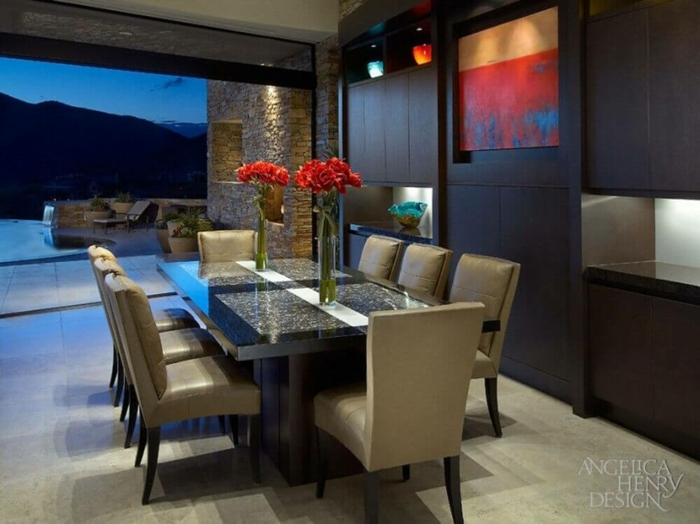 comedor moderno, comedor con bonita vista, mesa de mármol y sillas tapizadas con piel, decoración de flores rojas