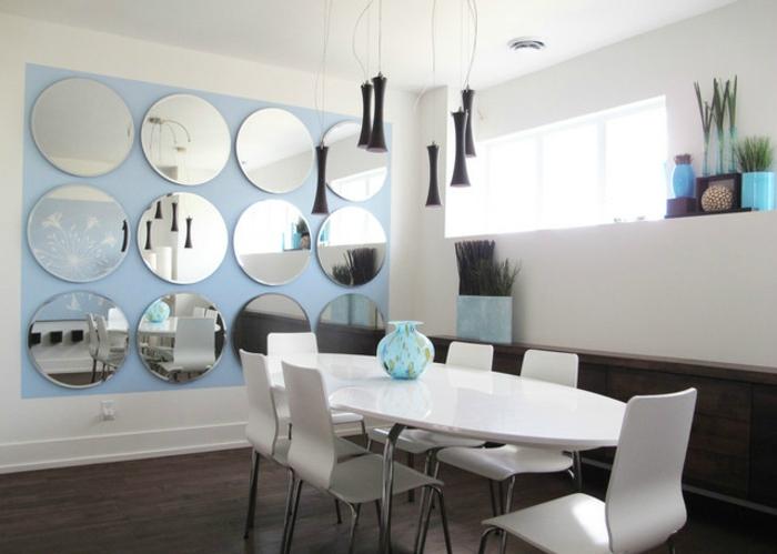 comedores, bonito ejemplo de comedor en blanco con pared de espejos ovales, decoración original, lámparas modernas