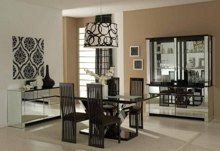 muebles de comedor, espacio en blanco y negro con una pared pintada en beige, mesa de vidrio y sillas marrones con respaldos originales