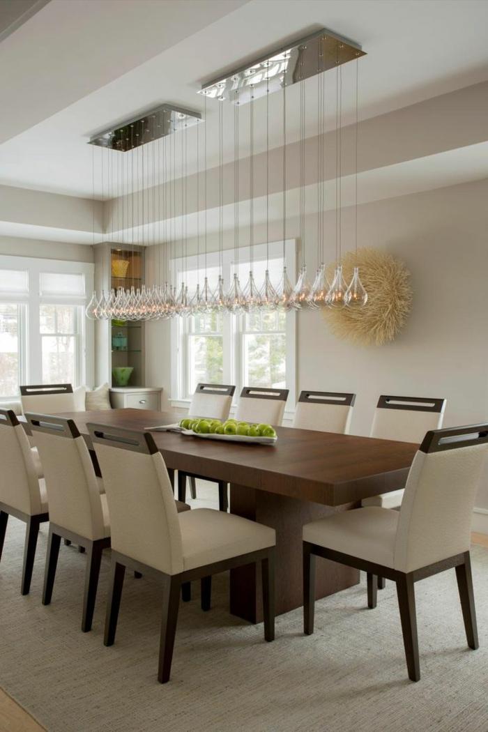 comedor moderno, comedor simple con mesa de madera y sillas en beige e iluminación super original de bombillas colgantes