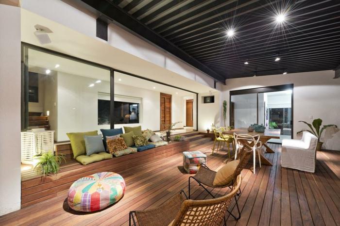 comedor moderno, grande salón con techo de madera con lámparas empotradas, suelo de madera y sillas de mimbre
