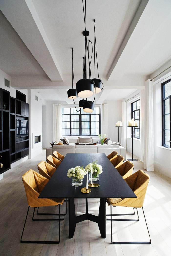 comedores, salón alargado con paredes blancas, comedor con mesa negra y sillas modernas en color ocre