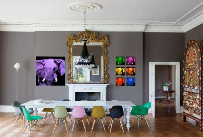 comedor, propuesta actual y atrevida con cuadros modernistas, grande espejo vintage en dorado y pequeñas sillas en diferentes colores