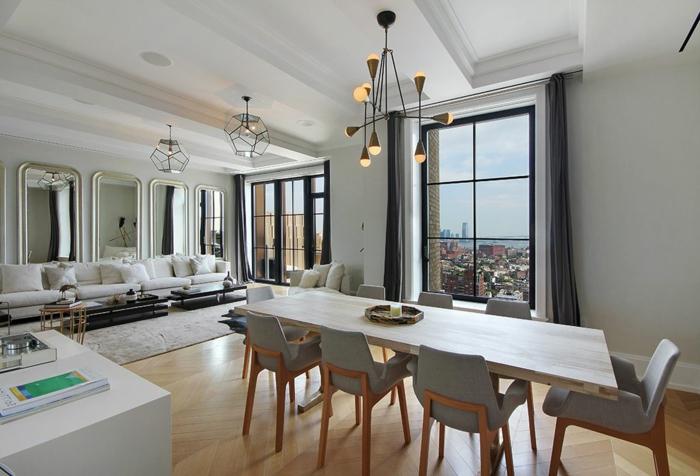 comedores modernos, grande salón con muchos espejos altos y colores claros, comedor con mesa de madera y sillas en gris