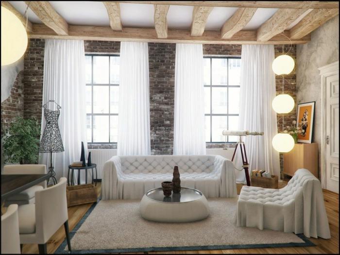 pared de piedra, salon con techo con vigas de madera, ventanas grandes, cortinas blancas, panel de ladrillo decorativo