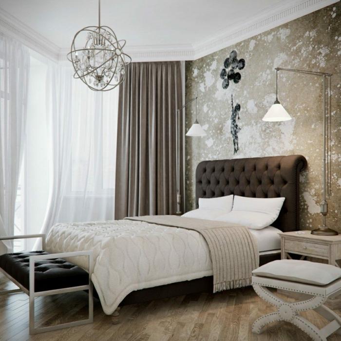 vinilos baratos, dormitorio en beige y marrón, pared con papel pintadoo de efecto desgastado y vinilo con la chica con el globo de Banksy