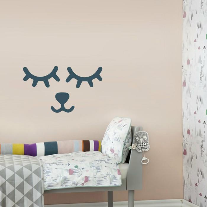 vinilos baratos, dormitorio infantil con pared en rosado pastel, vinilo con cara de animalito con los ojos cerrados