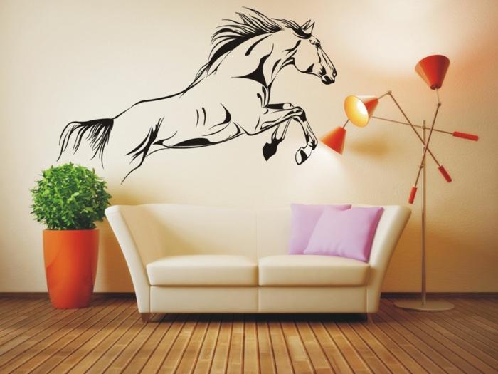 vinilos baratos, salón con sofá y lámpara, pared beige, vinilo grande con caballo saltando