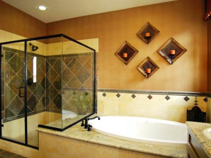 ducha de obra, ba;o peque;o con ba;era y ducha de obra con paredes de vidrio, encimera de granito. candelas en la pared
