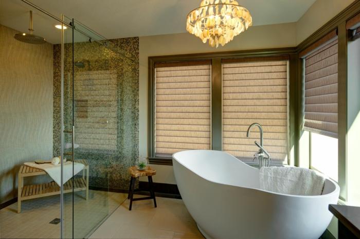 ducha de obra, baño con ventanas grandes con estores, bañera blanca, ducha de obra con mampara de vidrio y plato de baldosas