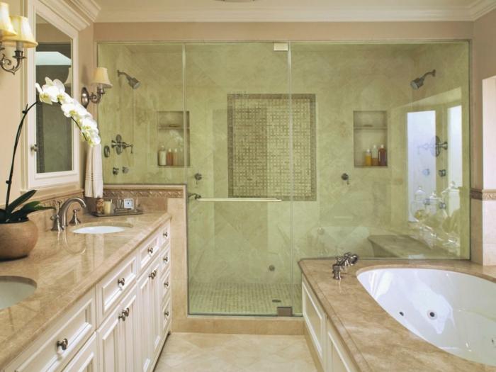 ducha de obra, baño grande copn encimeras de franito, ducha de obra con nichos en la pared y puerta de vidrio, bañera y lavabo doble