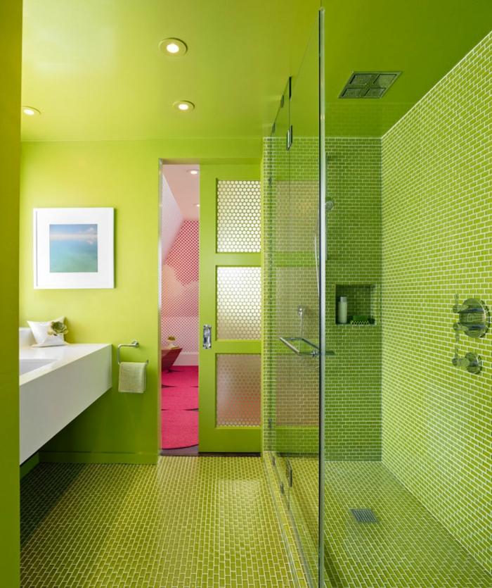 ducha de obra, baño moderno en verde, luces empotradas, ducha de obra con mampara de vidrio, paredes de gresite