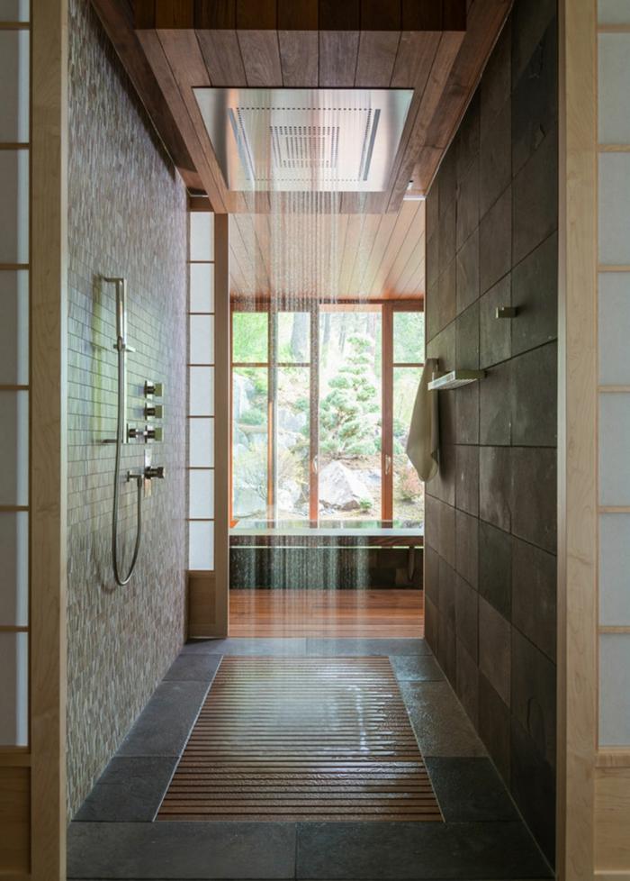 suelos para baños, baño con ducha de obra moderna efecto de lluvia, plato con rejilla, mucha luz natural, paredes de baldosas