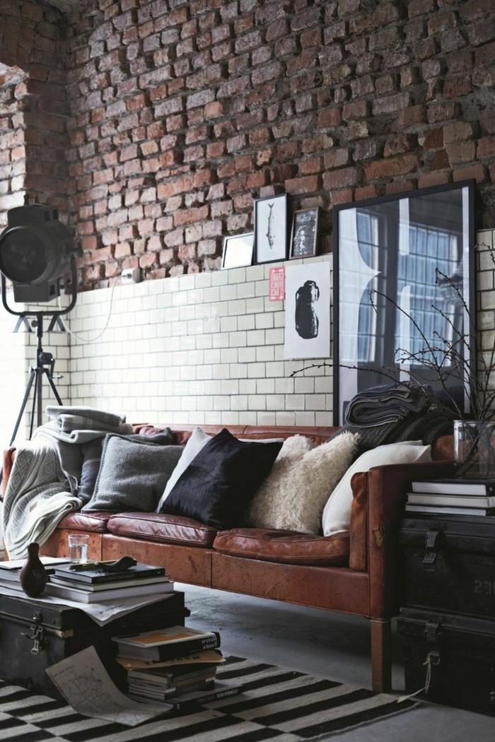 paredes decoradas, salón en estilo industrial con panel de ladrillo blanco y pared de ladrillo rustico, sofá de piel y proyector