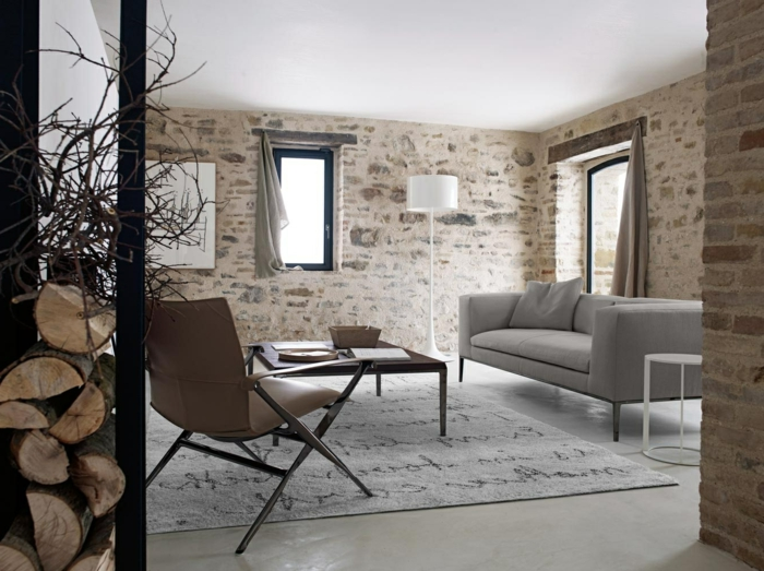 ladrillo caravista, salón pequeño con muebles vintage y alfombra, ventana pequeña y paredes de ladrillo, almacenamiento de leña