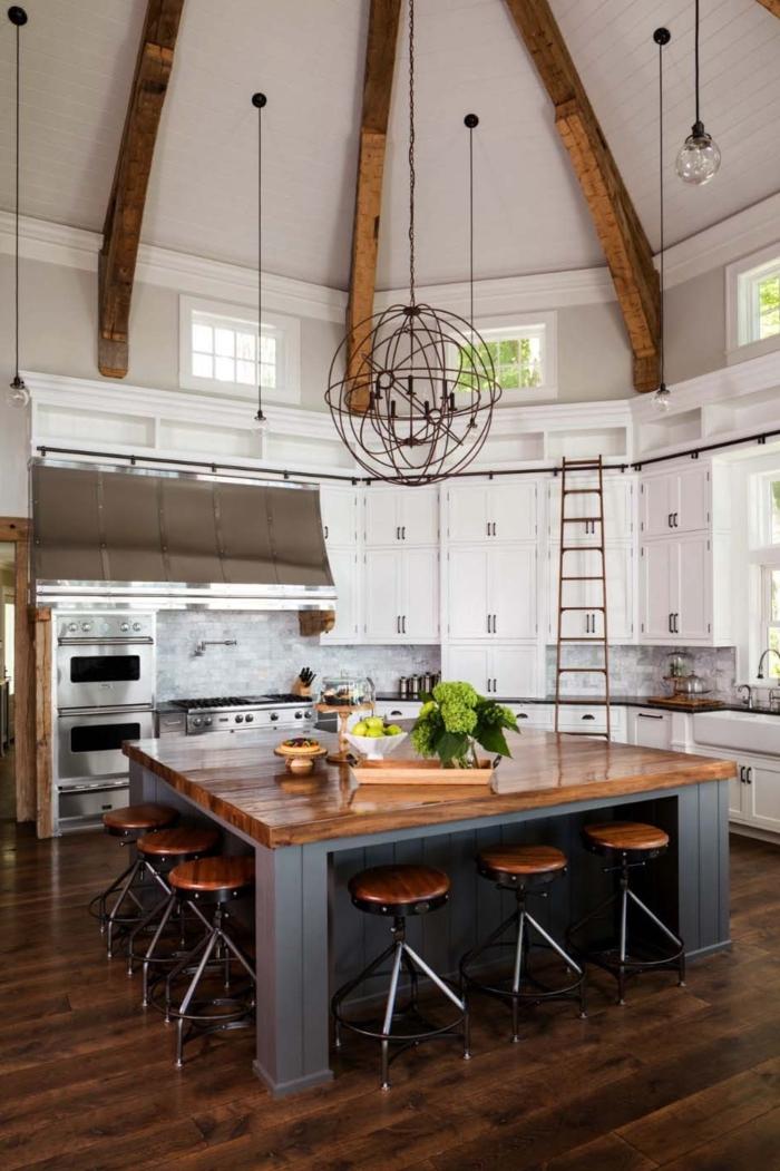 barra americana, barra masiva en gris y marrón de forma cuadrada, techo alto y original, decoración en estilo industrial