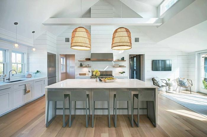cocinas con barra, cocina en los tonos claros del verde, interesante lámparas y grande barra cuadrada de mármol