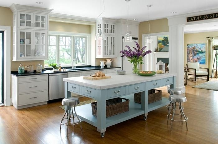 barras de cocina, interesante ejemplo de barra grande con muchos armarios y estantes pintada en blanco y azul