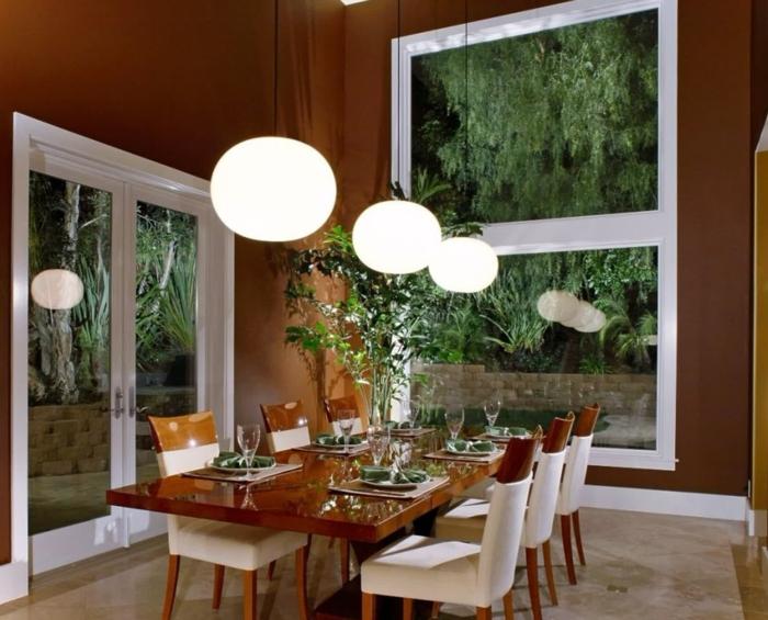 muebles de salon modernos, comedor con techo alto y dos ventanas horizontales, mesa de madera y sillas tapizadas