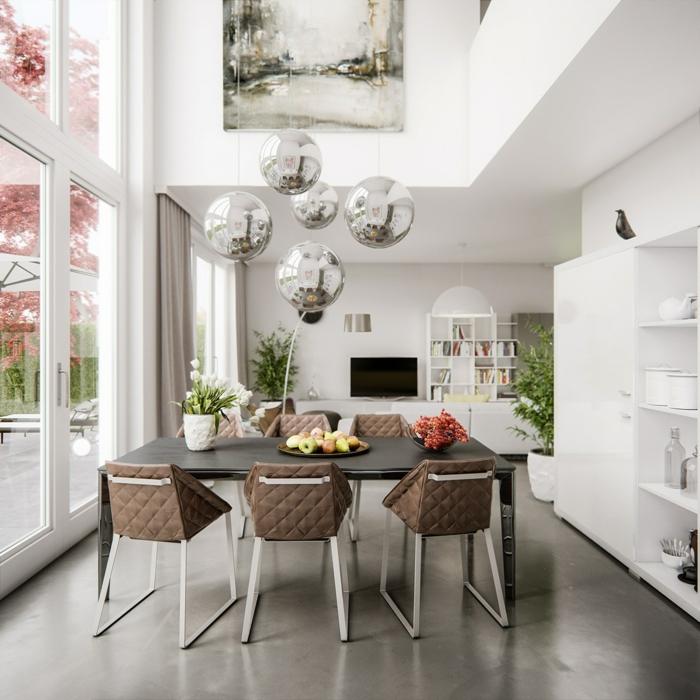muebles de salon modernos, comedor con techo alto y lámparas modernas en estilo disco, vista al jardín, sillas modernas tapizadas en capitoné