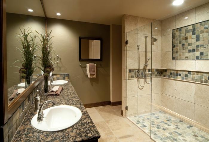 duchas de obra, baño con espejo grande, encimera de granito, lavabo doble, ducha de obra con mampara de vidrio, baldosas de acento